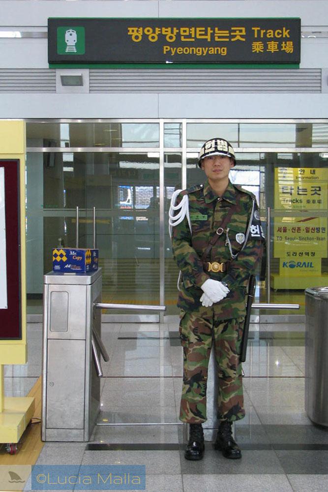 Soldado na estação da Zona Desmilitarizada - DMZ - rumo a Pyeongyang - Coréia do Norte