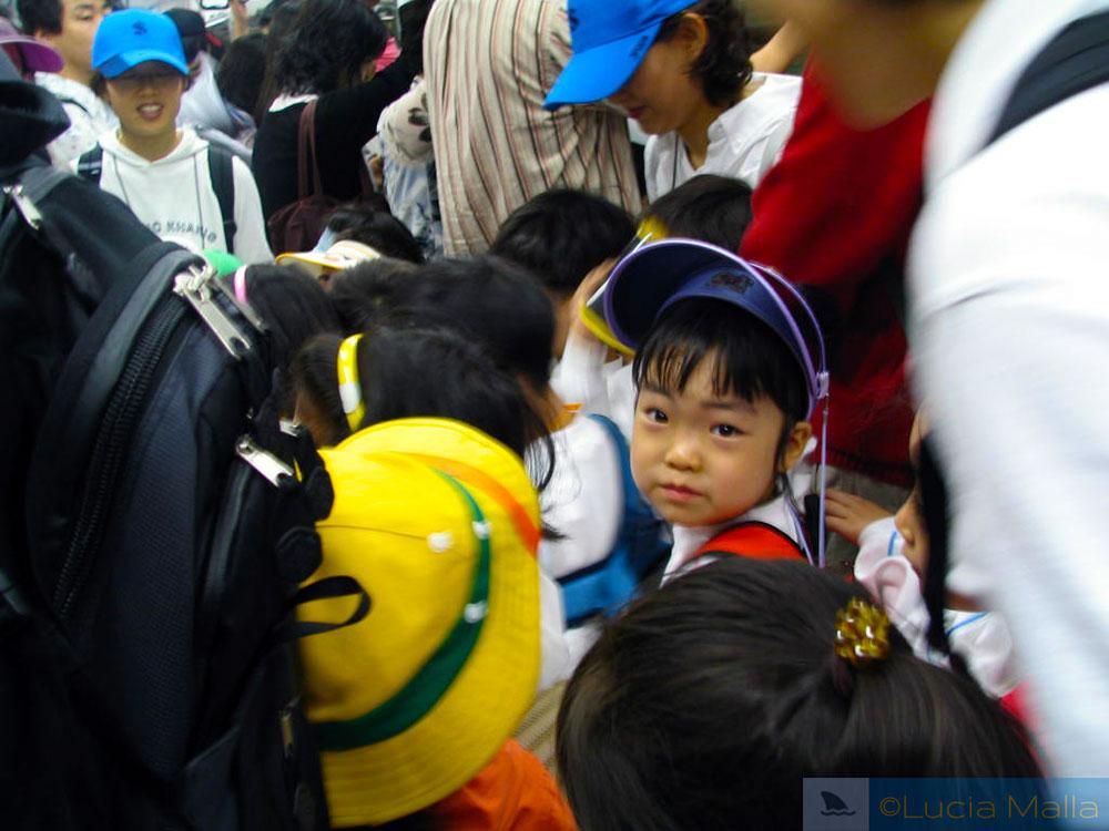 Crianças no metrô de Seul