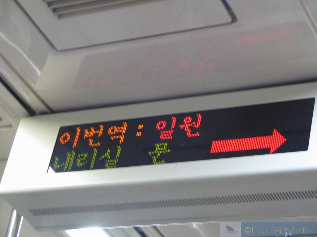 Placa luminosa dentro do metrô de Seul - escrita no alfabeto coreano - Coréia do Sul