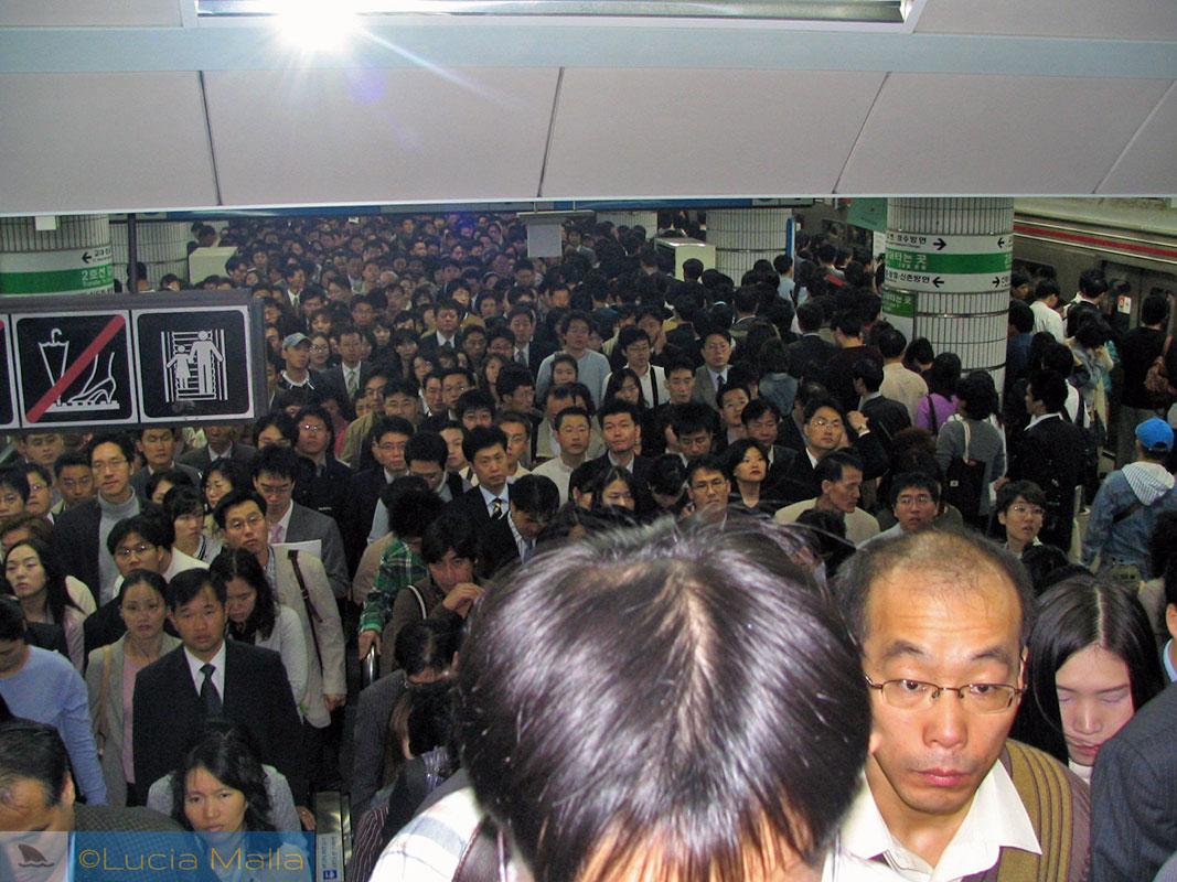 Metrô lotado de Seul - estação Sadang - Coréia do Sul