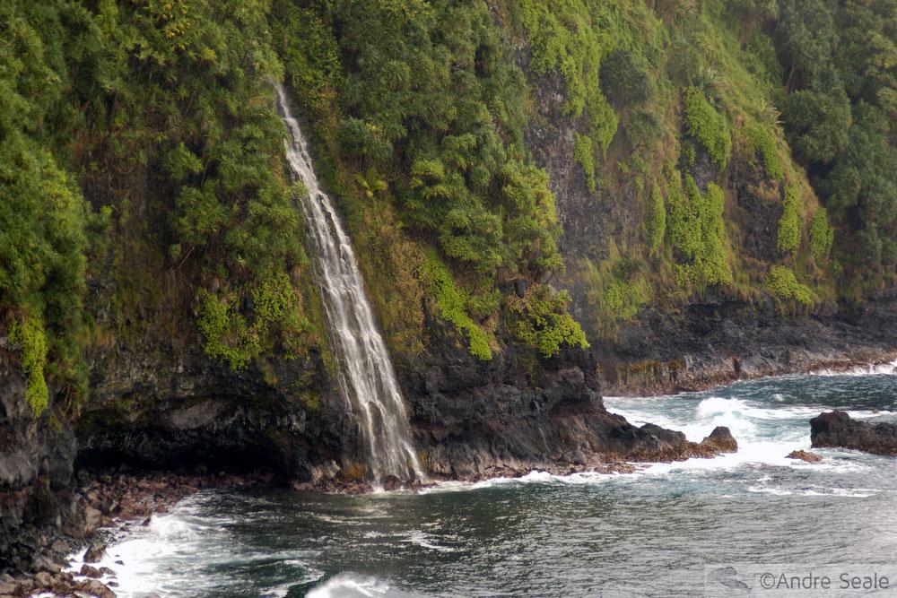 cachoeira na praia