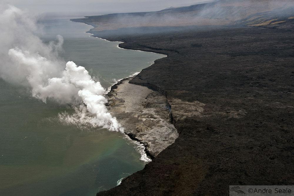 Rios de fogo do Kilauea - campo de lava e o mar