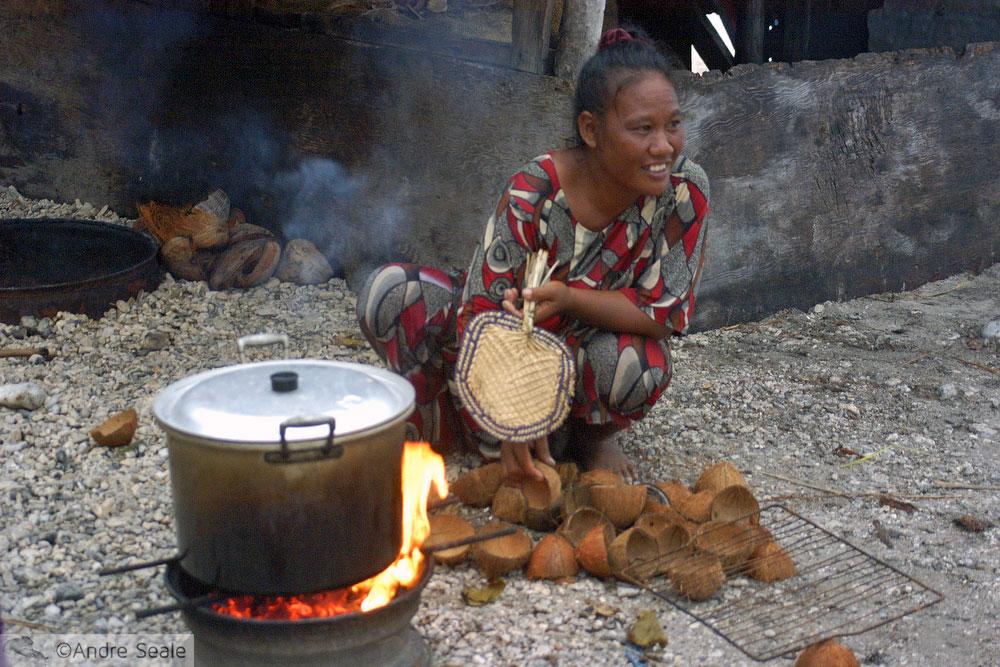 Mulher marshalhesa cozinha com côcos