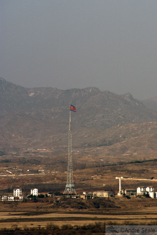O sonho da reunificação das Coréias - bandeira norte-coreana vista da Coréia do Sul