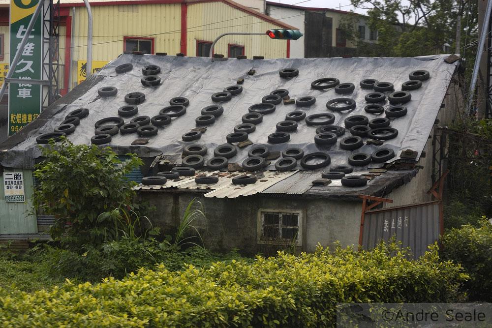 Casa com pneus no telhado - Taiwan