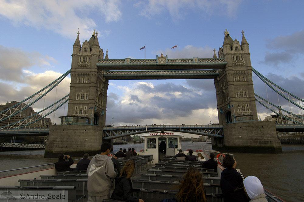 De barco pelo Tâmisa - Londres - Tower Bridge