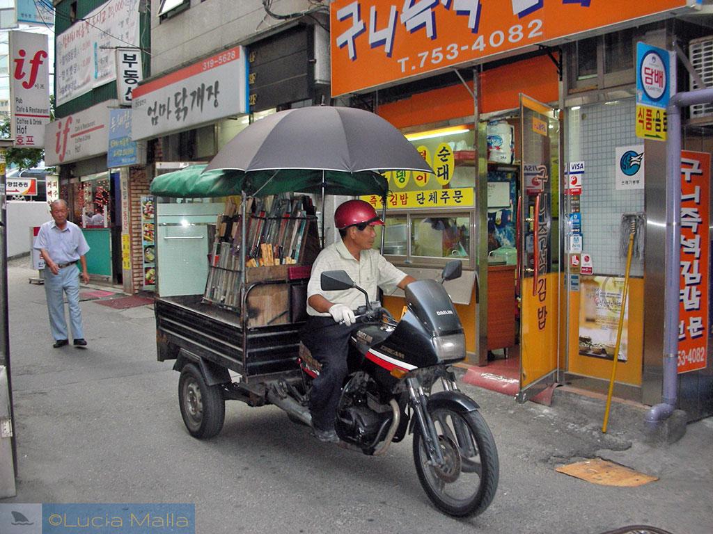 Rua e motocicleta em Myeong-dong - Seul - Coréia do Sul