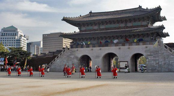 Namdaemun Gate em chamas