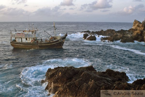 No Arquipélago de São Pedro e São Paulo - barco de pesca