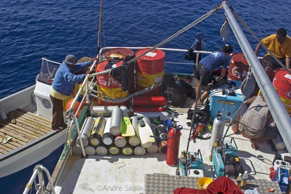 Trabalho no recife de coral - encher tanques de mergulho