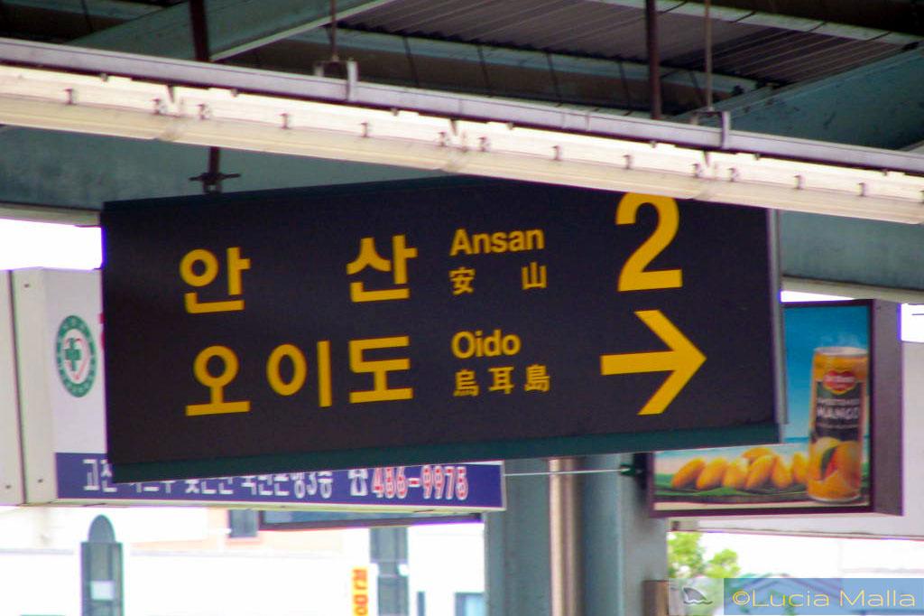 Placa do metrô de Seul em hangul, alfabeto coreano - Coréia do Sul