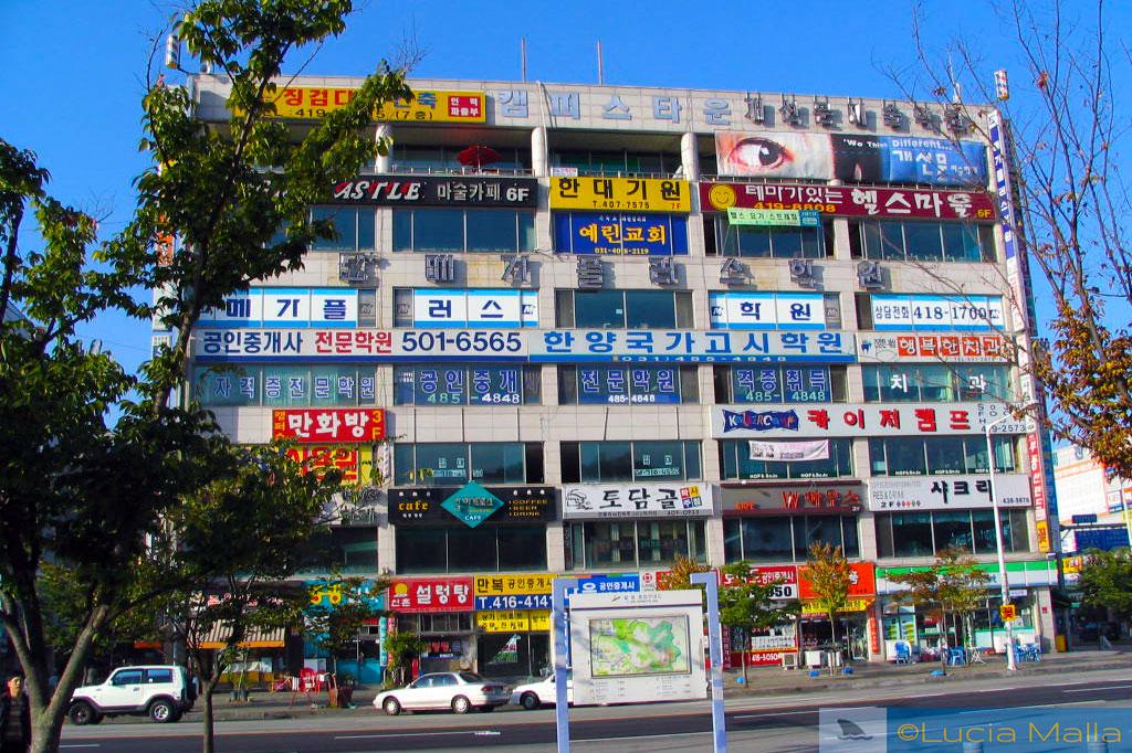 Fachada de prédio comercial com placas em hangul - língua e alfabeto coreano - Ansan - Coréia do Sul