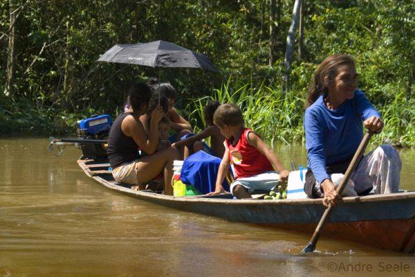Em Mamirauá - ribeirinhos na canoa