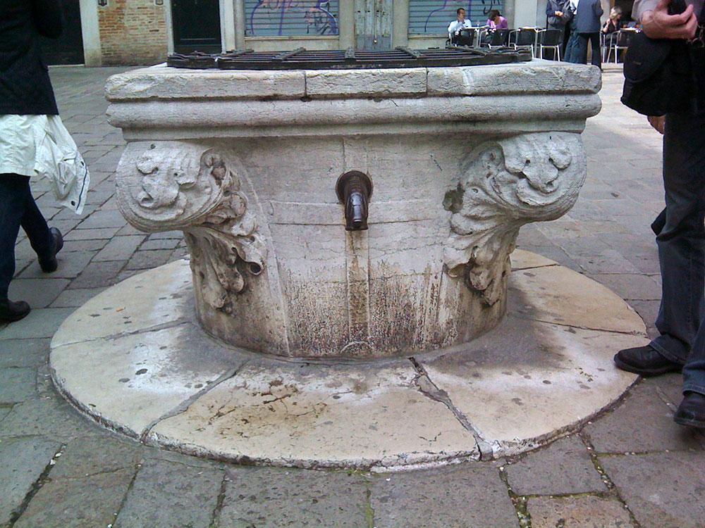 Fonte em praça pública - Itália