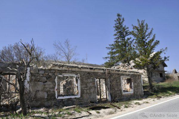 Casas destruídas próximas à Knin - estrada E71 - Croácia