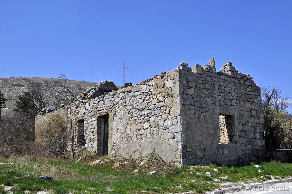 Ruínas da guerra da Croácia à beira da estrada E71