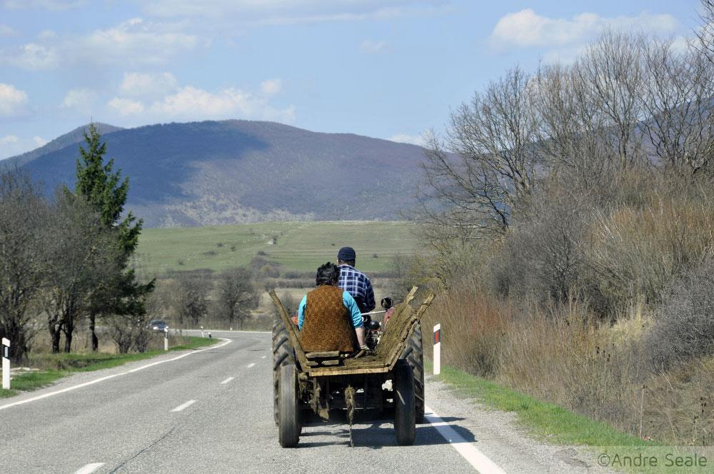 Trator-carroça na estrada E71 próximo a Knin - roteiro interior da Croácia