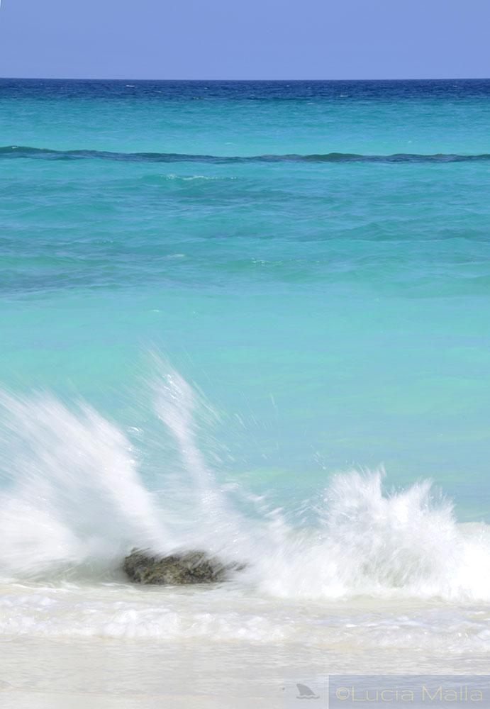 Onda quebra na praia - Cancún - México