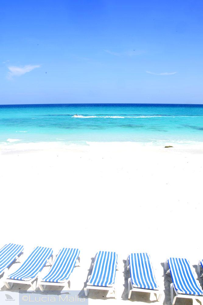 Roteiro em Cancún - praia e cadeiras de praia