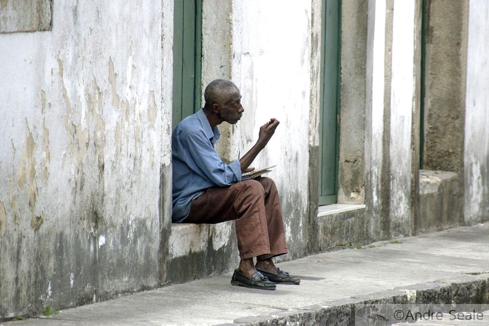 Senhor sentado na calçada - Inquietações de uma viajante inveterada - Relatos de viagens