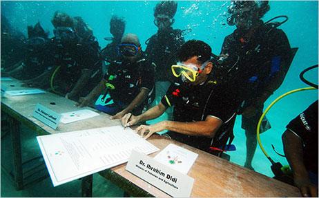 Política afundada: Maldivas oficialmente debaixo d'água