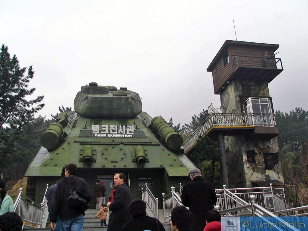 Roteiro - Entrada em formato de tanque de guerra - Campo de Prisioneiros de Guerra de Geoje