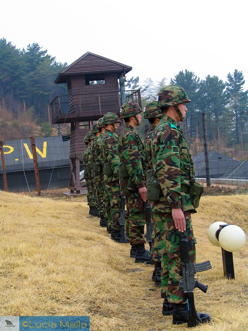 Soldados em guarda - Roteiro de visita ao campo de Prisioneiros de Guerra de Geoje - Coréia do Sul