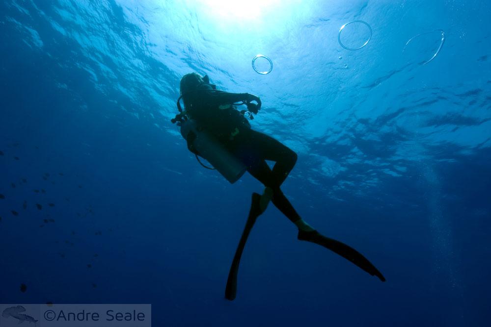 Brincadeira de criança embaixo d'água