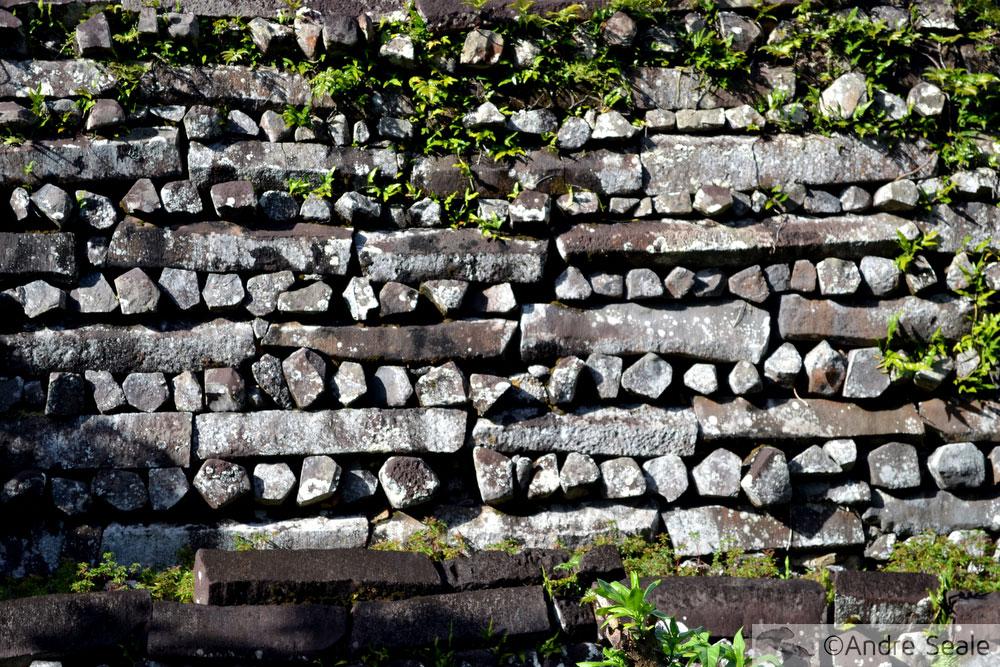 Detalhe da construção da parede - sítio arqueológico de Nan Madol