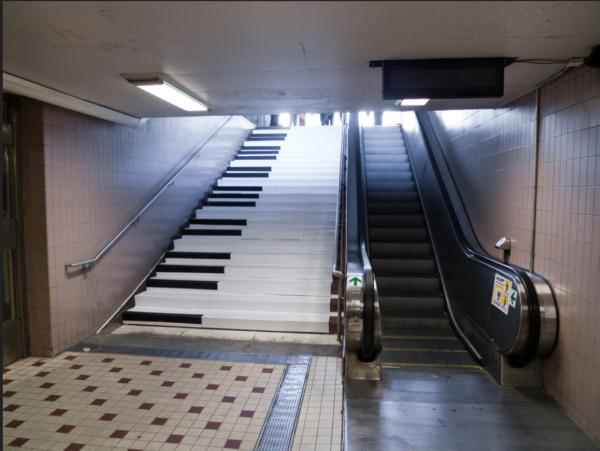 Escada rolantes ou Escadas? - Odenplan piano em Estocolmo