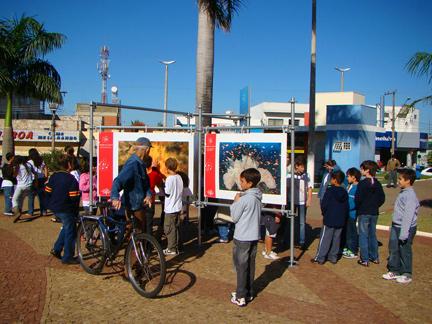 """Crianças na exposição """"Jardins Marinhos Tropicais"""" em Fernandópolis"""