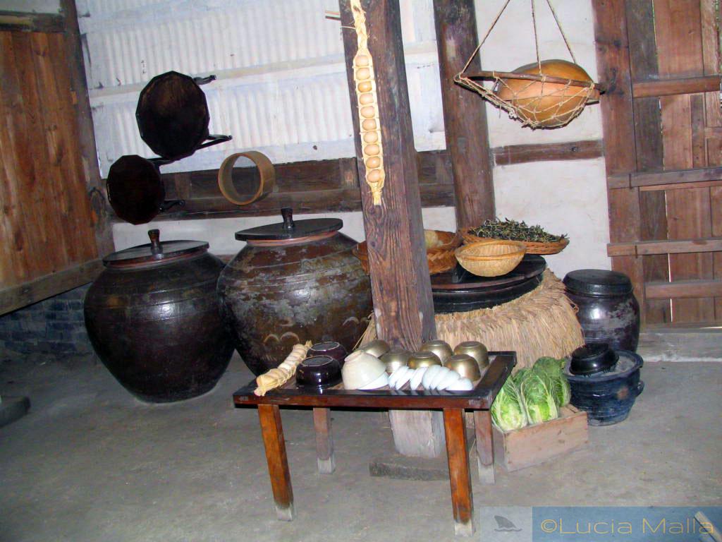 Cozinha tradicional com potes de kimchi - vida cotidiana tradicional - Suwon - Coréia do Sul