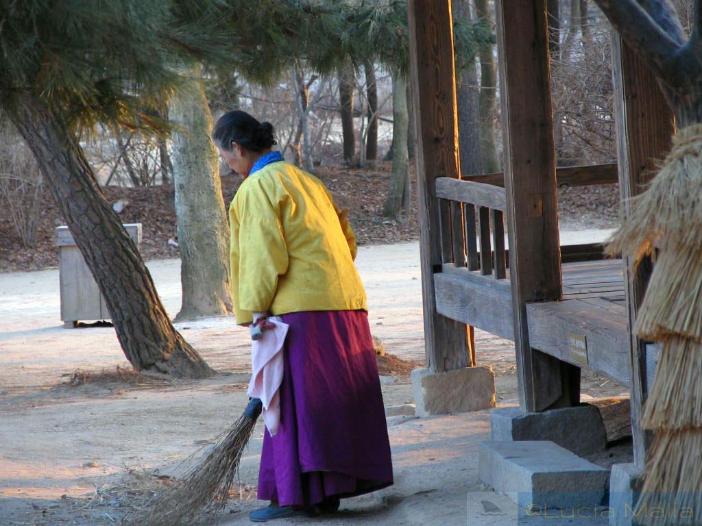 Ajumá - senhora coreana em traje típico - vida cotidiana tradicional