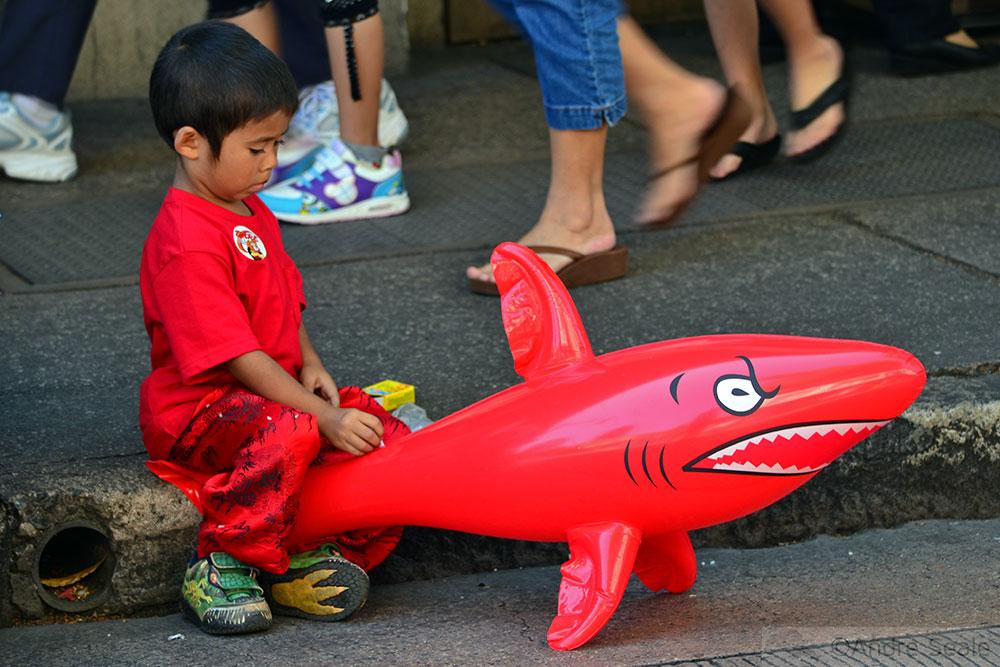 Criança e tubarão inflável