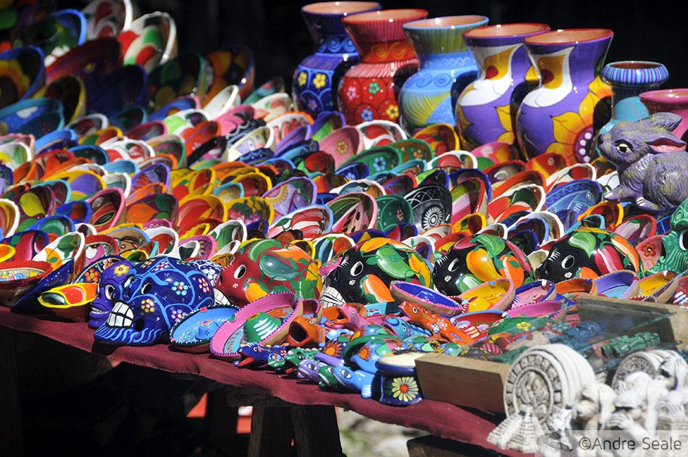 Souvenirs coloridos à venda durante visita a Chichen Itza - Temática maia - México