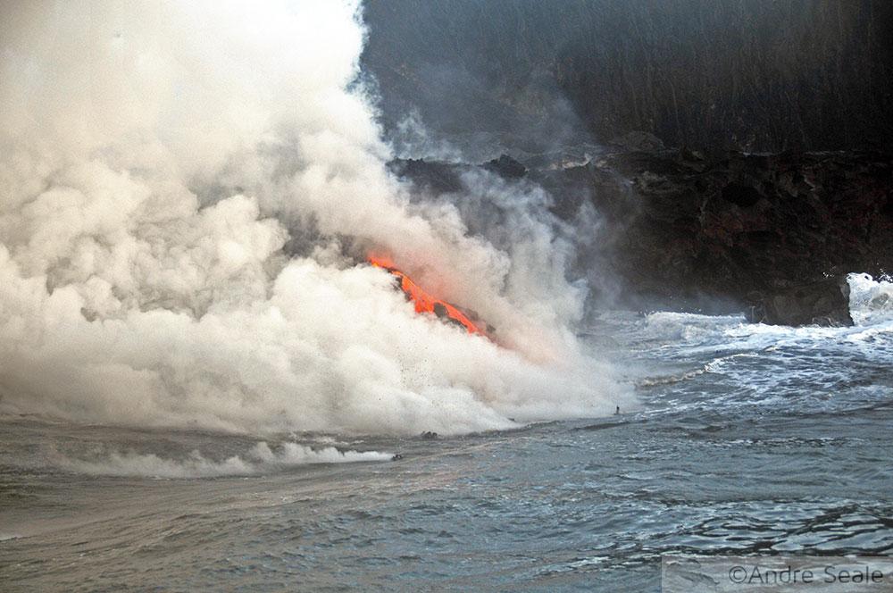 Lava do vulcão Kilauea no mar