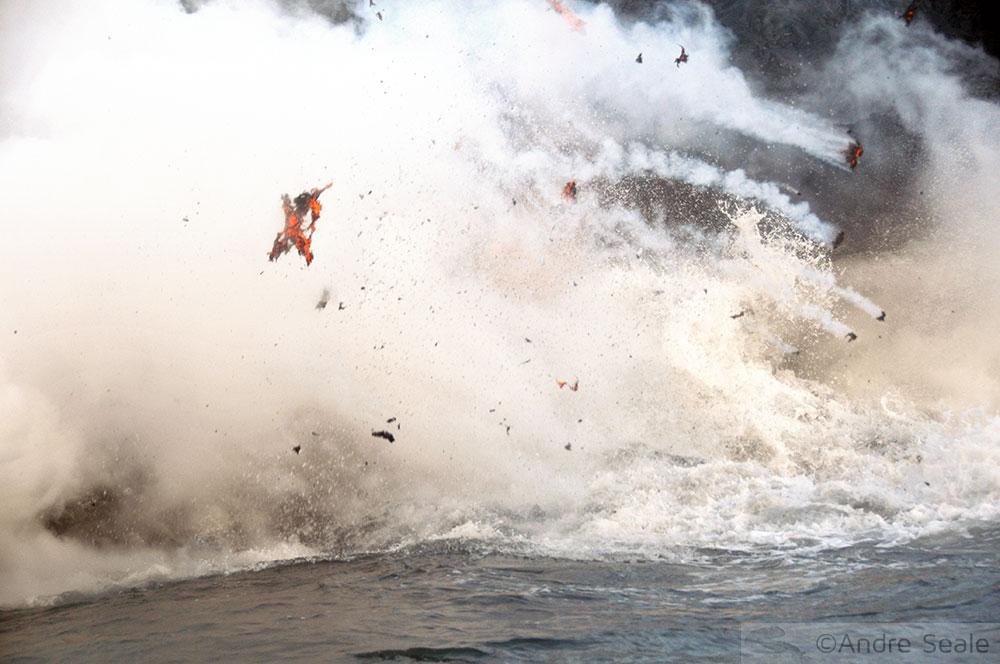 Explosão da lava no encontro com o oceano Pacífico