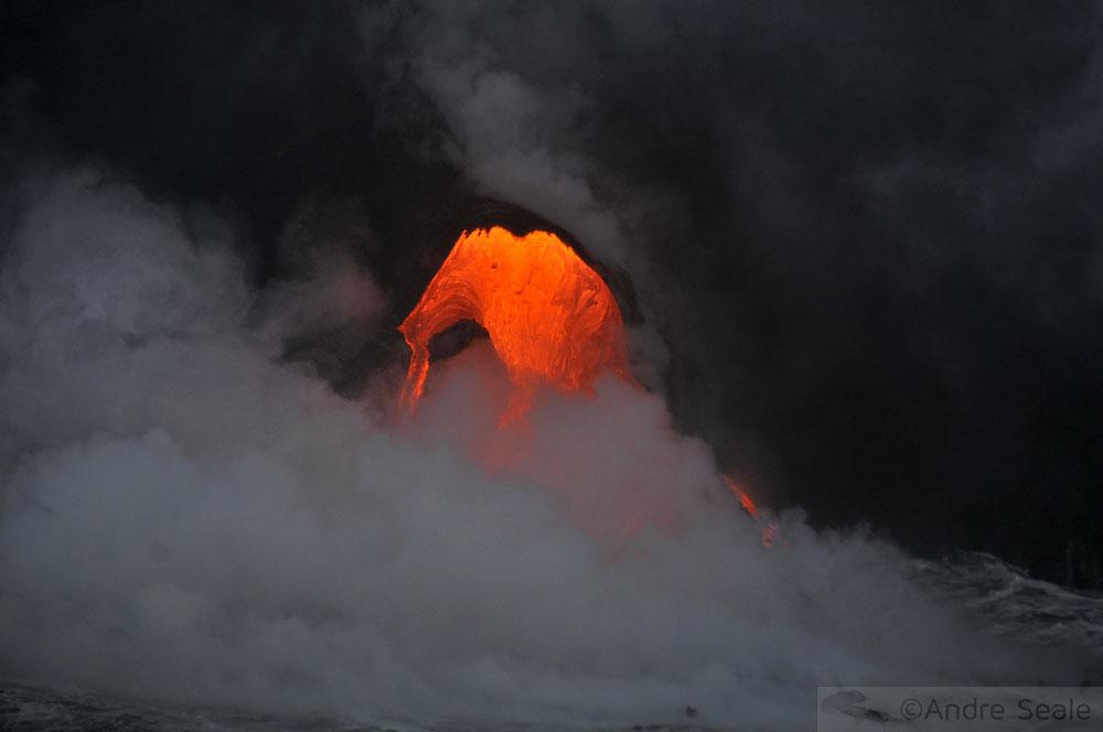Lava do vulcão Kilauea caindo no mar - Big Island