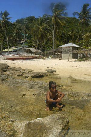 Todo amor às Filipinas - criança na praia