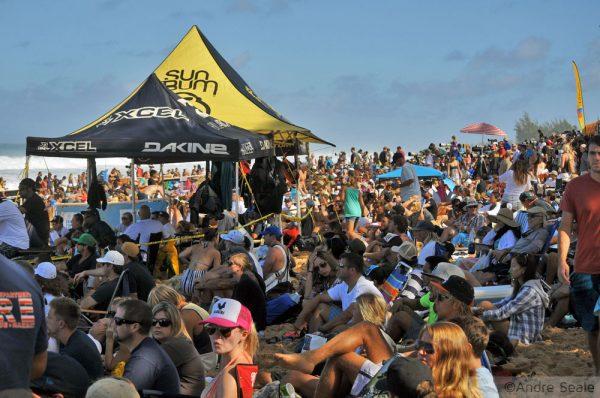 Praia de Pipeline lotada - final do campeonato mundial de surfe - Havaí