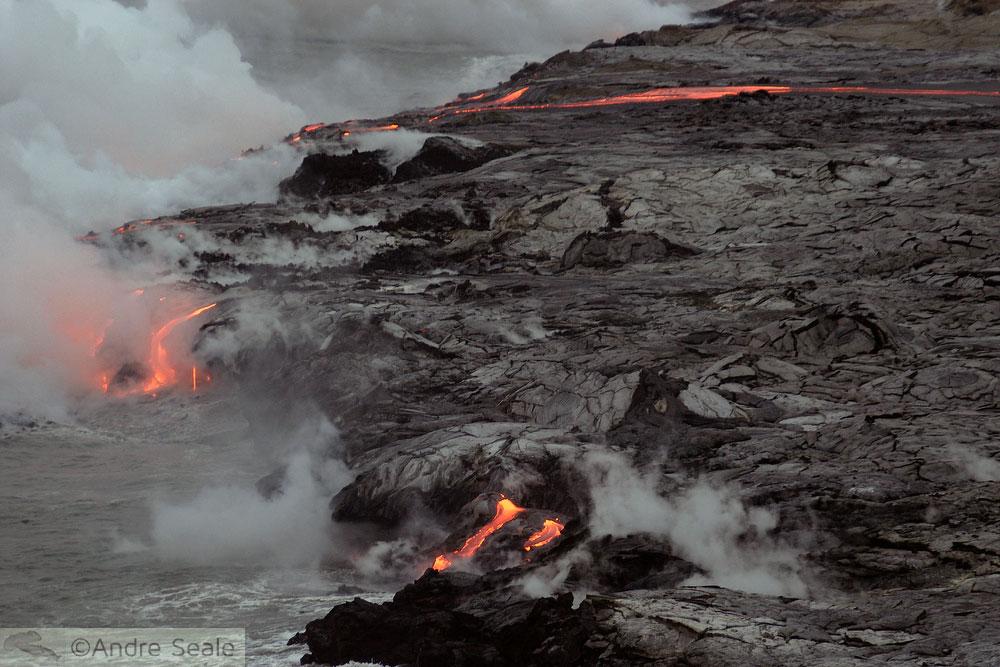 Lava escorrendo no mar - vulcão Kilauea - Havaí