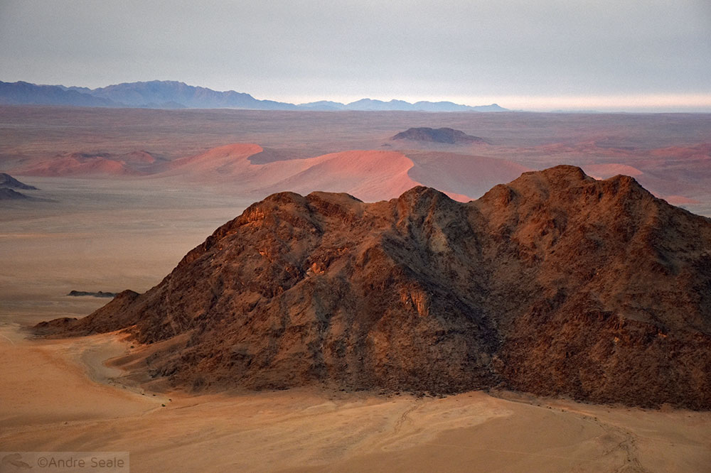 Montanha em meio ao deserto da Namíbia
