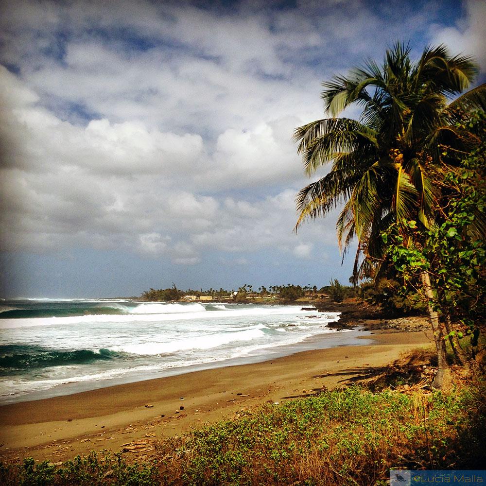 Praia deserta em Kalaupapa