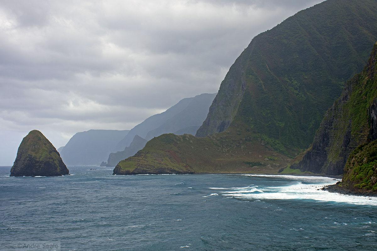 Penhascos de Molokai e ilha de Okala
